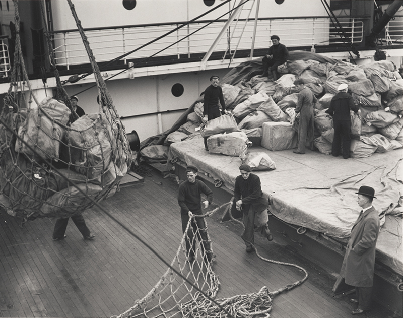 Photograph: Unloading mail from CPR liner, 1938 (POST 118/848)