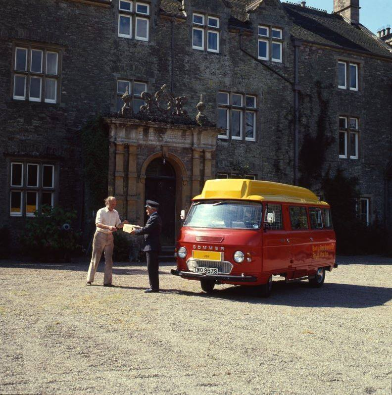 Archive picture of a post pus parcel delivery outside a large building